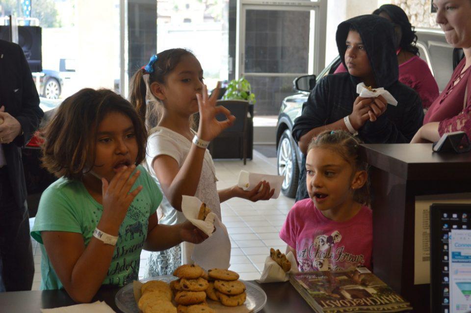 children eating cookies